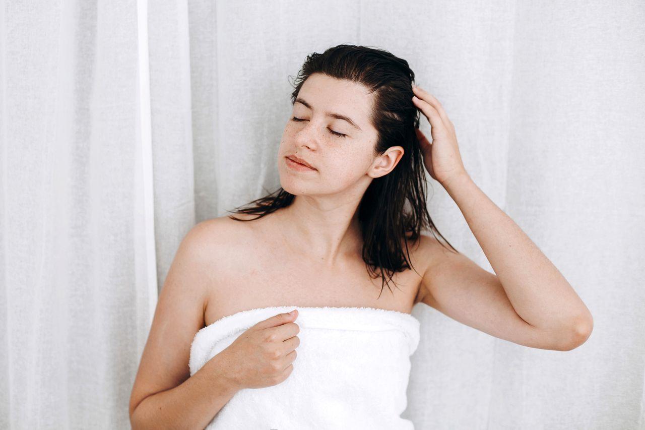 femme appliquant masque miel cheveux
